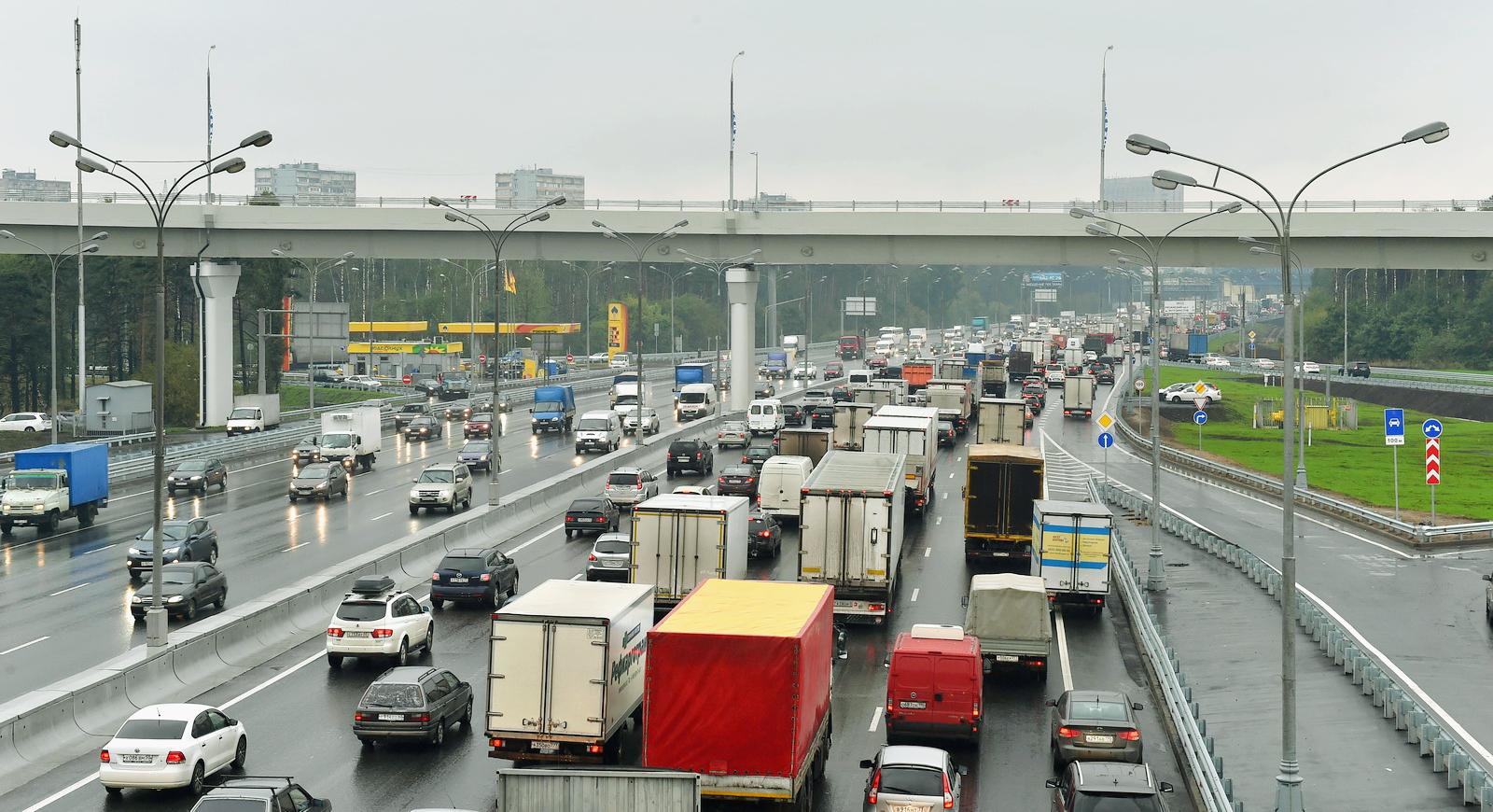 Новое ограничение для грузовиков с 5 мая: кому ещё запретили проезд по МКАД и почему?